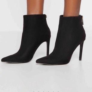 Ett par snygga helt oanvända skor/boots ifrån märket Ivyrevel. Inköpta i deras affär i Gallerian för 720kr.  Skorna är gjorda i svart mocka.