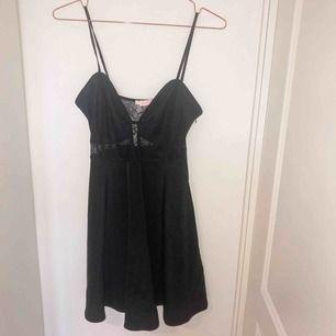 Sexig svart klänning i spets, supersnygg på men inte kommit till användning. Storlek M och oanvänd. Köpt för 400 kr.
