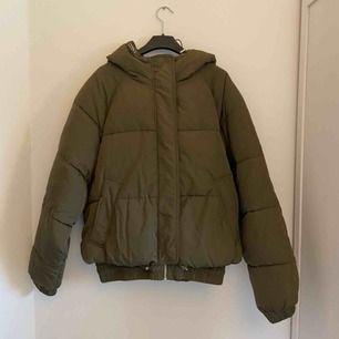 Oversize vinterjacka från Zara. Köpt förra året men har tyvärr inte riktigt kommit till användning. Frakten ingår (105 kr)😊