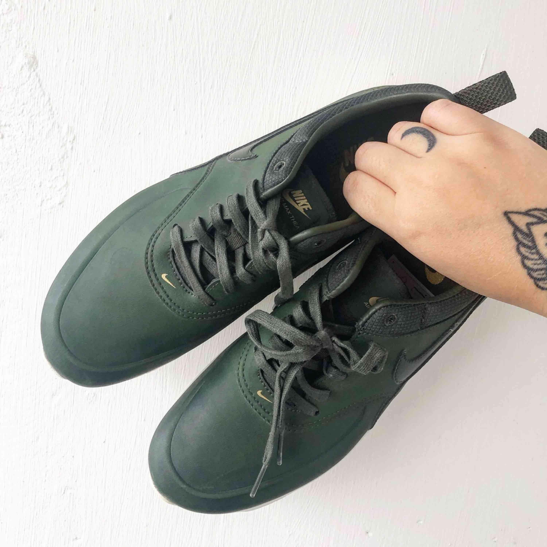 Säljer mina Nike Air Max Thea i storlek 41. Supersnygg mossgrön färg som verkar vara svår att få tag i nu. Endast testat dom en gång, i perfekt skick utan några repor eller skador.. Skor.
