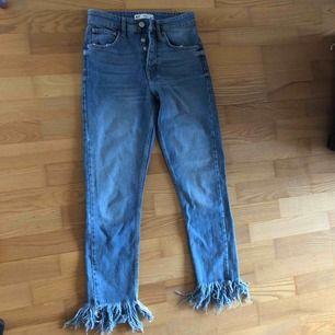 Jeans med den PERFEKTA jeansfärgen🖤 måste tyvärr säljas då de blivit för små för mig, fransar nertill! Perfekt skick. Använd max 2ggr