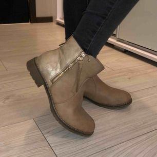 Säljer dessa beiga skor. Använda ett fåtal gånger👍🏼