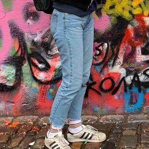 De perfekta mom jeansen från pull&bear. Såå fina men passar inte mig längre tyvärr:(  Den enda defekten är ett litet hål på ena fickan, men det är bara 1 lager så man ser bara jeans igenom liksom. Skriv för fler bilder! Pris kan diskuteras🥰