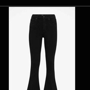 Bootcut byxor ifrån Gina tricot! Dom är svarta och har en perfekt passform. Passar mig som är ca 1.60 💘💘