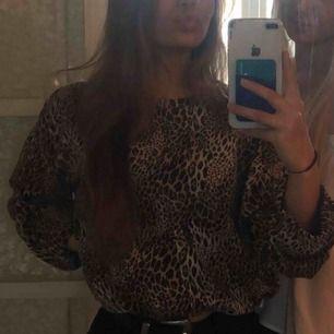 Leopard tröja ifrån Zara. Lite croppad och lite större ärmar. I fint skick!!💘💘💘