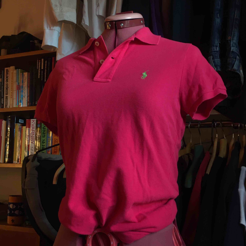 ÄKTA Ralph Lauren polo i rosa färg. Jag passar inte i färgen eller storleken därav det låga priset men annars är det inget fel på den, snygg och bekväm och i nyskick utan fläckar. . Skjortor.