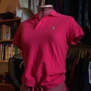 ÄKTA Ralph Lauren polo i rosa färg. Jag passar inte i färgen eller storleken därav det låga priset men annars är det inget fel på den, snygg och bekväm och i nyskick utan fläckar.