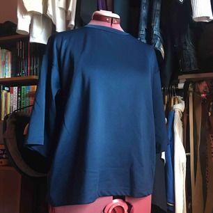 Boxy T-shirt i scuuba material. Skön och trendig och snygg från Zara. Oversized och i mörkblått.