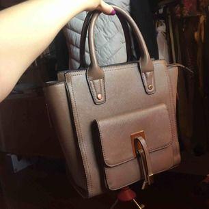 Kaffe färgad handväska från chiquelle som jag knappt använt. I totalt nyskick.