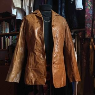 Snygg läder kappa i samma stil som Rachel från Friends har. SUPER snygg men har 3 st läderjackor just nu och tänkte sälja 2 av dem.