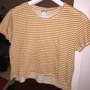 T-shirt från Monki i bra skick. Kan mötas upp i Stockholm annars står köparen för frakt.