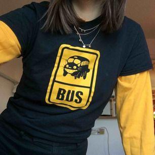 Tjocktröja: 75kr Halsband: 30kr OBS T-shirt ej till salu!! Priser kan diskuteras vid snabbt köp/möte
