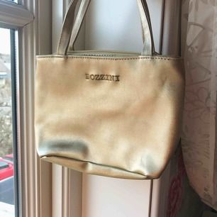 Gullig guldig väska, frakt till kommer. Önskas fler bilder så är det bara att fråga ✨