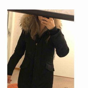 Säljer min Woolrich jacka köpt på butiken i Göteborg. Den är jätte fin och i bra skick, jackan är inte använt så mycket. I storlek 34z pälsen är stor och fluffigt. Nypris 7999kr. Jackan är dessutom varm och lätt att böra tillksillnad från andra jackor