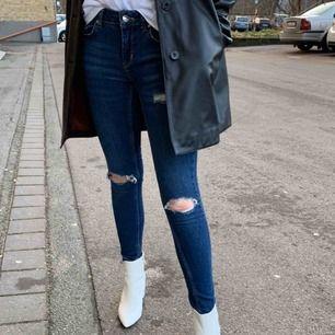 Snygga blå jeans med slitningar från Gina tricot! Är knappt använda och är i bra skick. Köparen står för frakt 💕
