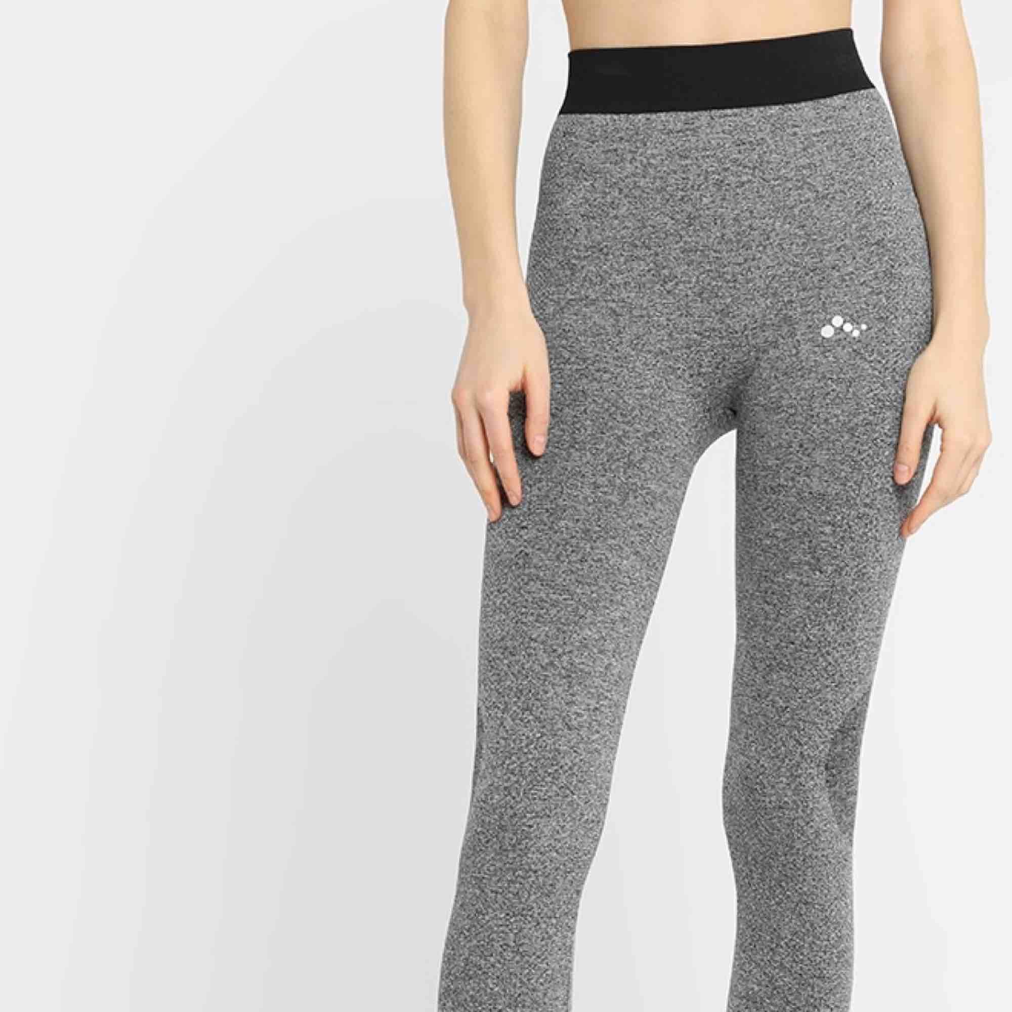 Träningstights från ONLY PLAY. Inköpa från Zalando. Säljes då de inte kommit till användning. Köparen står för frakten.. Jeans & Byxor.