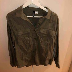 Militärgrön skjorta från hm stl 38. Oanvänd