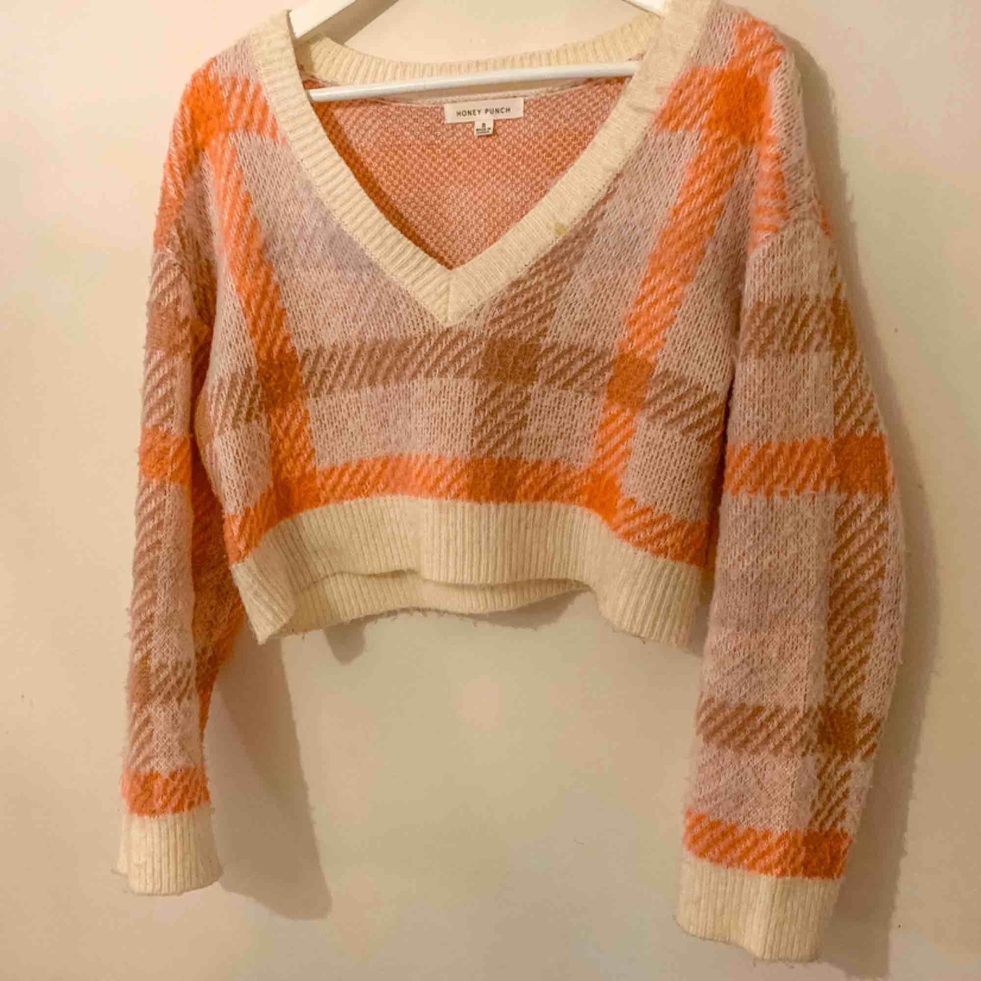 Superfin stickad tröja från honey punch! Storlek S men passar även storlek M. Sparsamt använd och frakt tillkommer 🥰. Toppar.