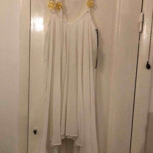Helt ny Ida Sjöstedt klänning som aldrig har använts. Storlek 38. Säljs pga att den inte riktigt passar min stil längre. Köptes som ny för 1990 kr.