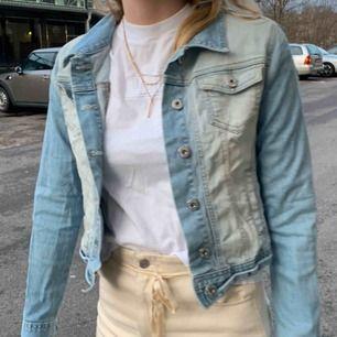 Fin 70tals inspirerad jeansjacka köpt på secondhand! Bra skick. Köparen står för frakt🥰