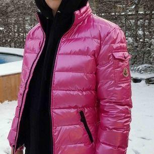 SUPERCOOL neonrosa moncler jacka!! Mammas gamla jacka som inte längre används. I väldigt bra skick o materialet känns äkta! Äktheten kan tyvärr inte garanteras och därav priset! 💞 BUD JUST NU: 800kr inkl frakt