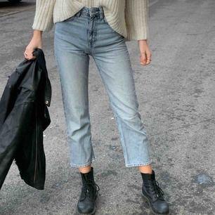 Snygga ljusblå jeans i modellen Voyage från weekday. Säljer pga att de blivit lite för korta för mig :/  Köpare står för frakt!