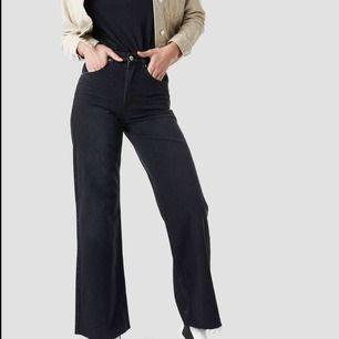 Ett par SÅ snygga vida jeans från nakd!😍🥵 Slutsåld på deras hemsida 🖤🖤🖤 ganska långa vilket är snyggt & jag är 170 cm!