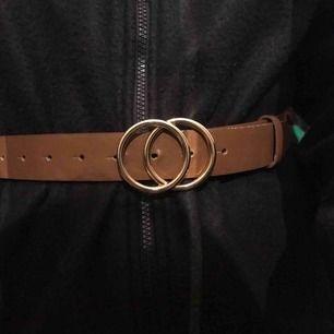 Snyggt brunt skärp från Gina tricot! Storlek XS/S men är ca 90cm långt. Köparen står för frakten!