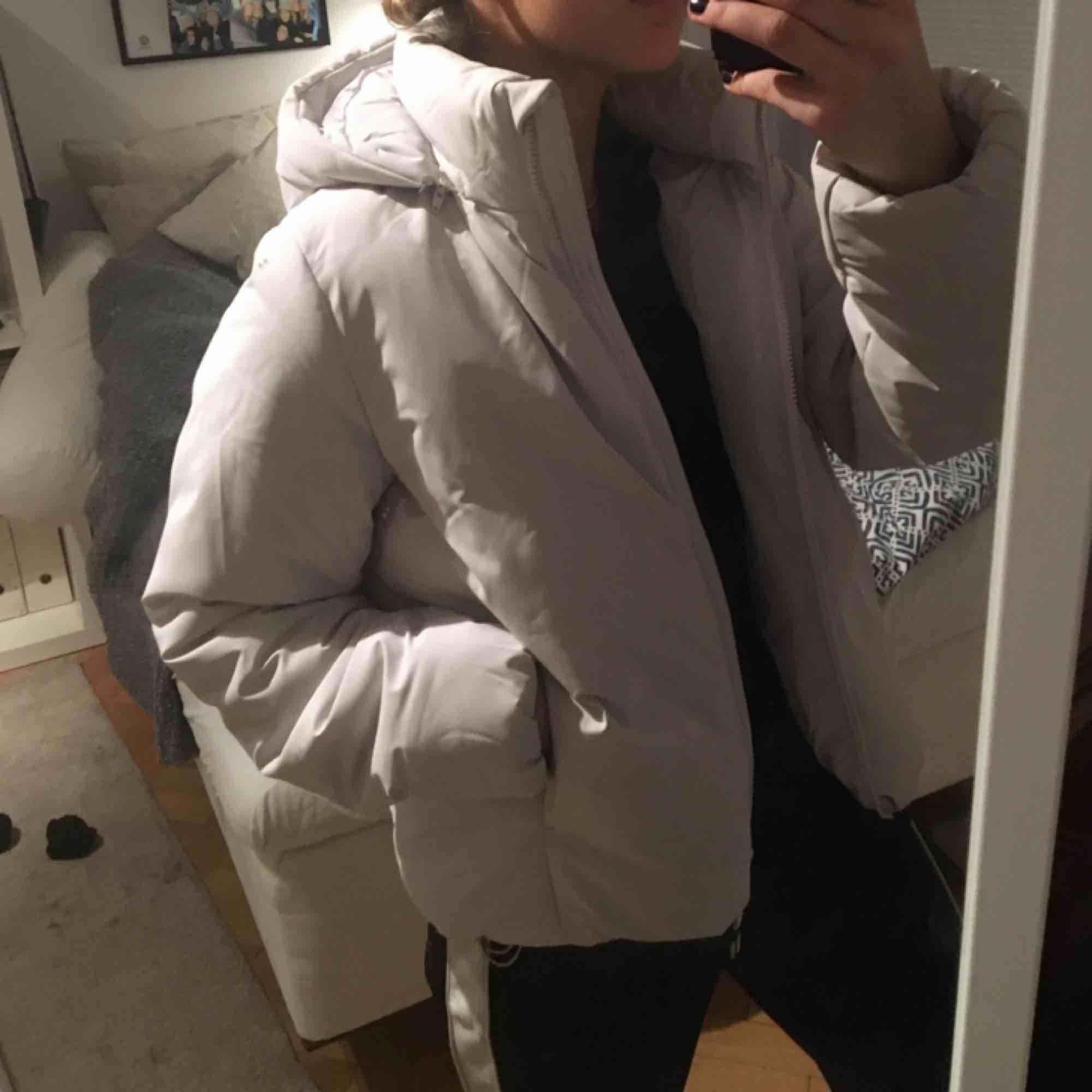 Som ny! Superfin ljusgrå jacka från UNIQLO. Köpt för 1300kr (påse & kvitto kvar) Inre och yttre fickor me mysigt foder i. Luvan är avtagningsbar, snygg både med och utan. Riktigt varm och 100% regnsäker. . Jackor.