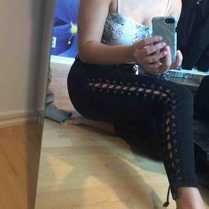 Svarta jeans från fashion nova, ganska korta i modellen, helt okej skick