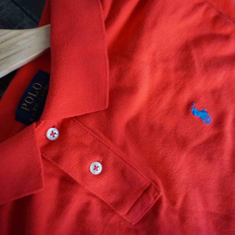 XL barnstorlek (158-162CM)  Aldrig använd säljer pga gillar inte pikétröja Köpt på Kidsbrandstore . Skjortor.