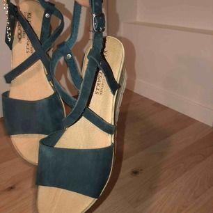 Blå sandaletter, helt oanvända endast testade. Köpte utomlands för 400kr. Bekväma! Möts upp i Stockholm.