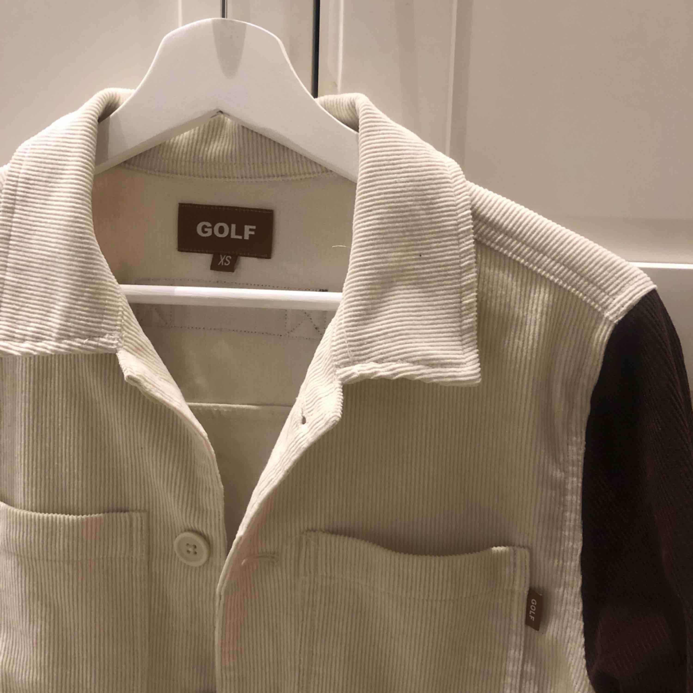En golf jacka/skjorta är stil är xs men jag har s och den passar perfekt på mig!. Jackor.