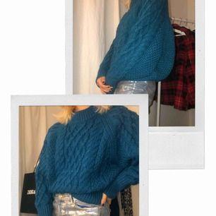 Suuuperfin blå stickad tröja! Sitter oversized på mig med M 🥰 den är endast använd 2 gånger så den är i nyskick!