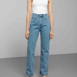 Jättefina row jeans från weekday i färgen sky blue. W24 L32. Passar mig som är 174cm :). För dom som är kortare går det lätt att klippa jeansen till önskad längd!
