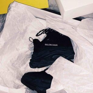 Balenciaga skor sparsamt använda, säljs till kanonpris enbart då dom bara står och jag måste bli av med dom! Mer bilder kan skickas vid intresse. Finns i Göteborg.