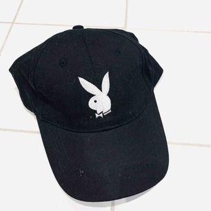 Skitsnygg svart keps med broderat Playboytryck. Nyskick, köparen står för ev frakt 🐰