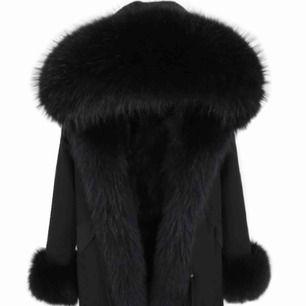 Pälsjacka med stor päls på luvan, ärmarna och hela jackan inuti är fodrad med päls! Köpt för 8,000kr. Mycket bra skick på jackan!