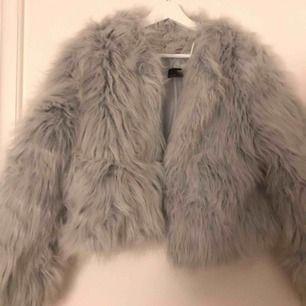Fluffig jacka köpt på Zara i Portugal för två år sedan. Varm och perfekt till vintern. Den är i superfint skick och endast använd 2 gånger. Färgen är grå/blå. Frakt ingår i priset.