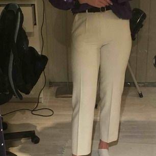 Svincoola vita byxor köpta på second hand. Materialet är ull och polyester, såå sköna. Säljer pga att de är lite korta för mig som är 172 cm. Passar absolut S också!
