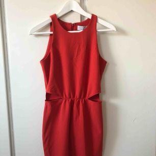 röd klänning med cutouts på sidorna, helt oanvänd från and other stories, ordinarie pris 790kr