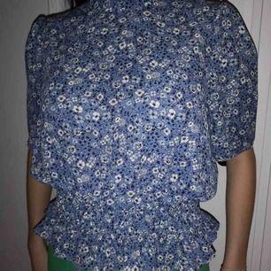 Söt blus från Gina med blommor på. Det finns en annan likadan med prickar på som jag lagt ut innan. Kolla gärna på den också. Köpare står för frakt. 💓😊