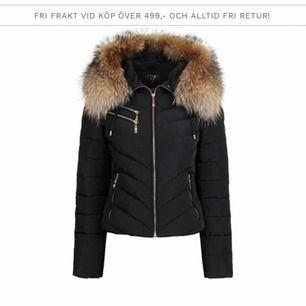 Hollies jacka använd en vinter köpt för 4000kr storlek 32 äkta päls