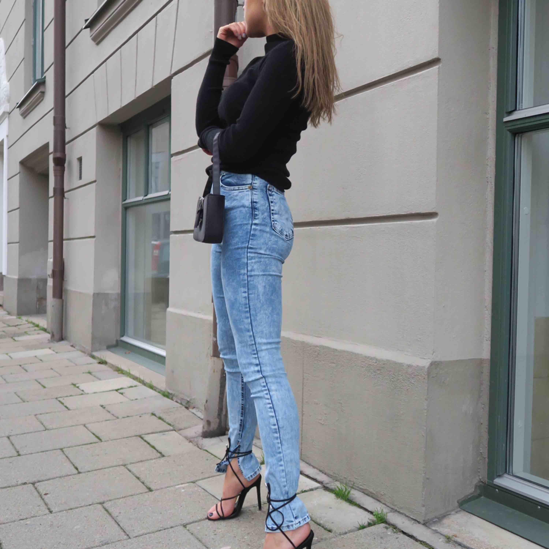Jeans från BOOHOO. prislapp kvar på. Endast använda på dessa bilder. Frakt tillkommer :) . Jeans & Byxor.