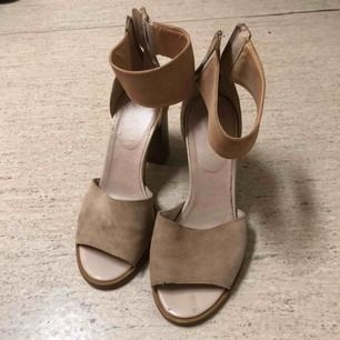🌟 Creme färgade klack sandaler med tofs detaljer Storlek 37. Färg: Nude/beige. Kan mötas upp i Helsingborg eller skickas mot en fraktkostnad 📮