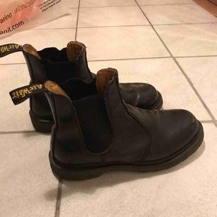 Svarta Dr. Martinskängor i läder. Varma och bra till vintern! Har köpt mig ett par nya så vill att dom här går vidare till nån som kan ha användning för dom:) Möts upp i gbg annars står köparen för frakt.