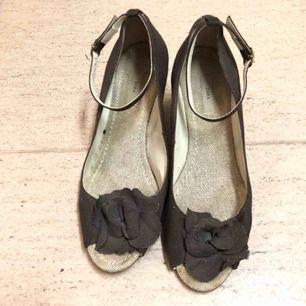 🌟 Bruna sandaletter med kilklack från Zara. Storlek 37. Färg: Bruna. Kan mötas upp i Helsingborg eller skickas mot en fraktkostnad 📮