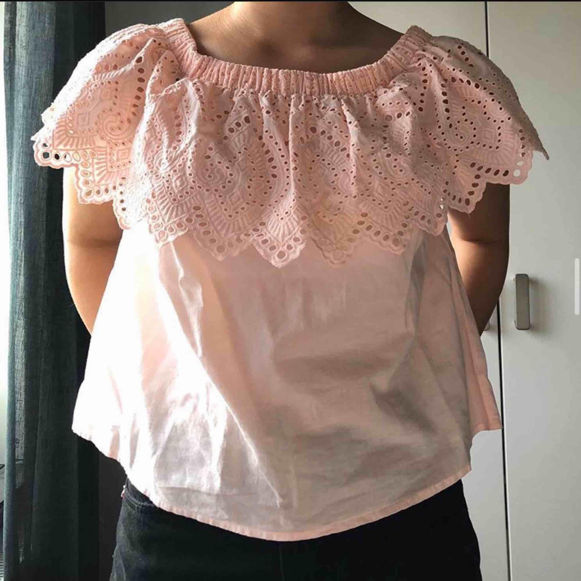 Ljusrosa blus som även kan användas som off-shoulder! Använd 2 ggr, hel och ren!. Blusar.