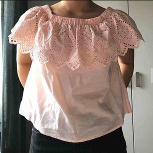 Ljusrosa blus som även kan användas som off-shoulder! Använd 2 ggr, hel och ren!