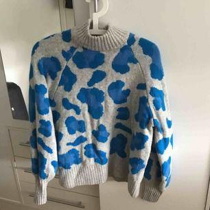 Super populär o snygg tröja från h&m💙💙använd 2 gånger men inte riktigt min stil! Buda från 100 och uppåt